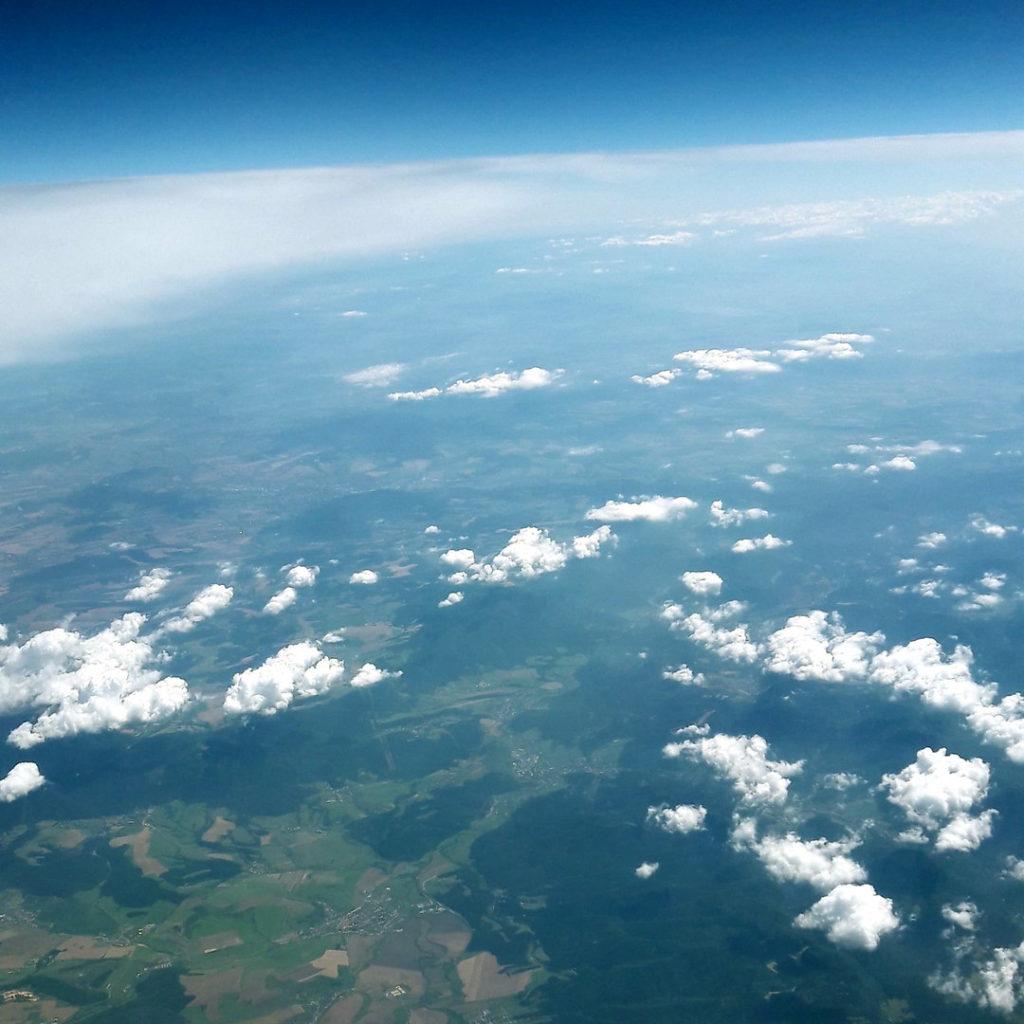 Finanzielle Unabhängigkeit - Ein Bild aus dem Flugzeug als Symbol für Freiheit