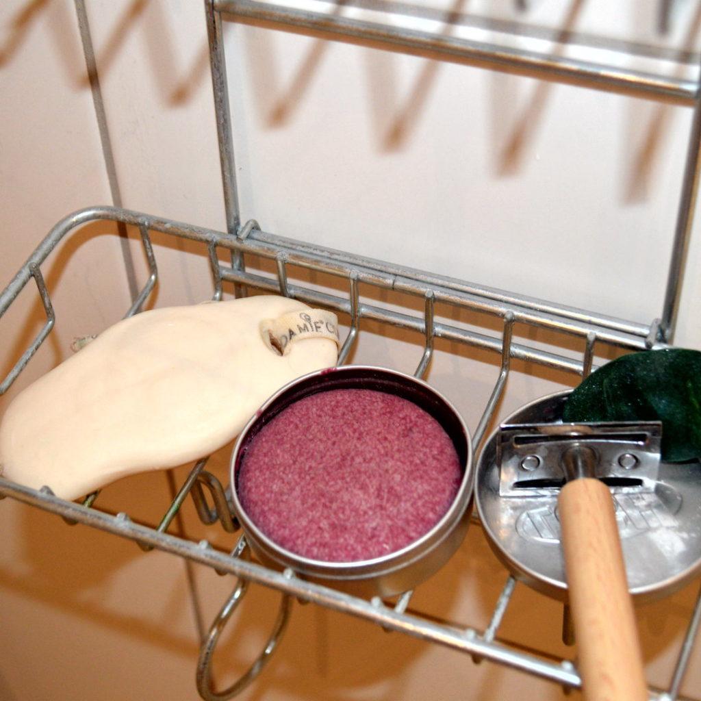Nachhaltiger leben dank plastikfreier Duschartikel (Seife, festes Shampoo, Rasierhobel, fester Conditioner)